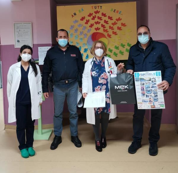 """images I poliziotti del sindacato di Polizia Fsp portano la """"Befana"""" ai bambini all'ospedale di Lamezia Terme"""
