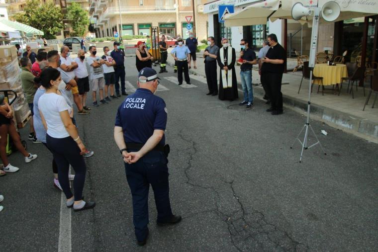 images Fiera dei Santi Pietro e Paolo, patroni di Lamezia Terme: il vescovo Schillaci parla con i commercianti prima della benedizione
