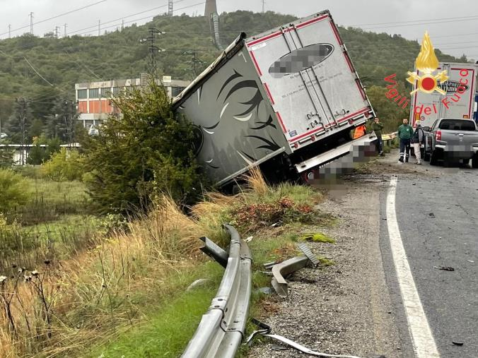 Scontro frontale con autocarro sulla Ss107 bivio Cotronei: muore il conducente di un'auto