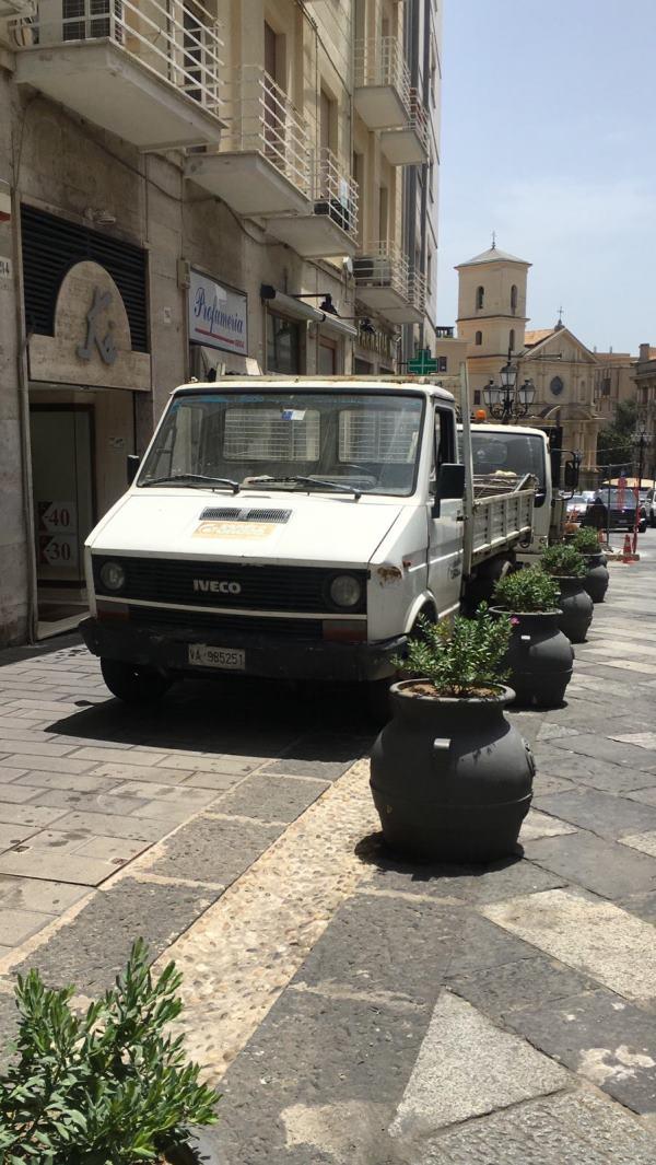 images Corso Mazzini, le fioriere di troppo e i camion.. sul marciapiede