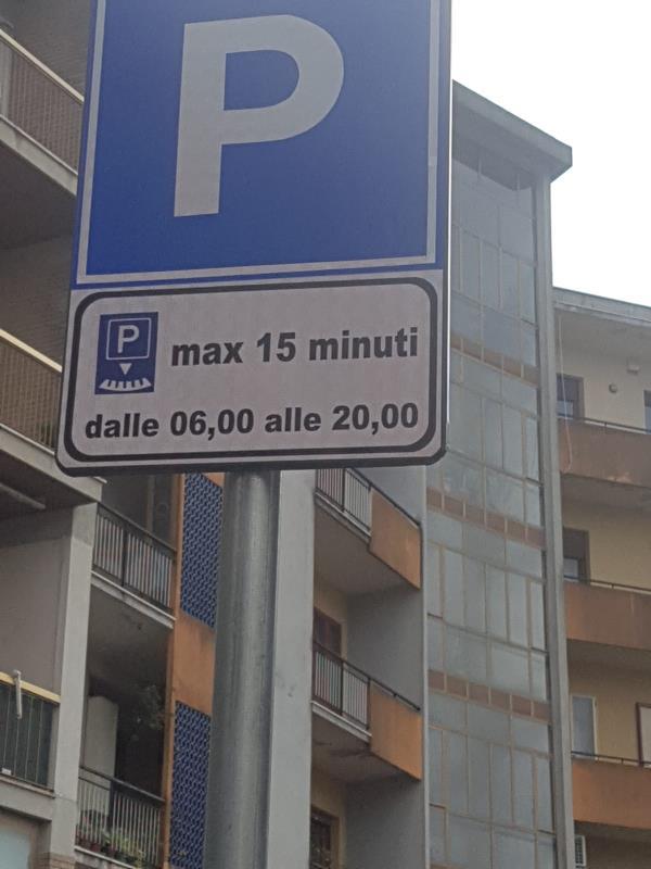 """images LETTERA APERTA. I dubbi sulle soste gratuite in Via De Gasperi. """"Ci sono commercianti di serie A e di serie B"""""""