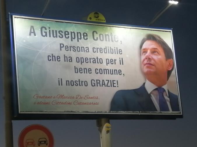 """Catanzaro. Spunta un cartellone dedicato a Conte. Belfiore: """"Di cosa dovremmo ringraziarlo?"""""""
