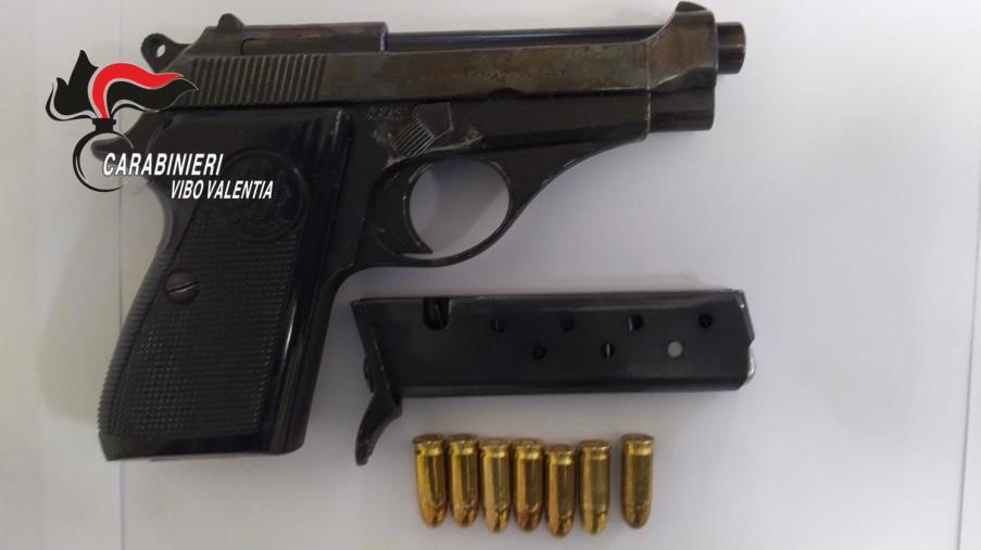 Spara 5 colpi di pistola ferendo una 42enne al braccio: fermato 61enne tropeano
