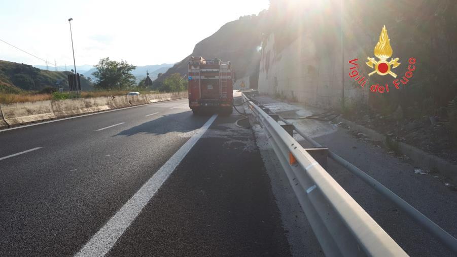 images Incendio a Catanzaro, riaperta al transito la statale 280 dei Due Mari