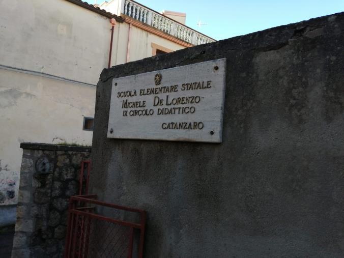 """images Degrado all'esterno della scuola De Lorenzo di Gagliano. Stefano Veraldi: """"Non è tollerabile"""""""