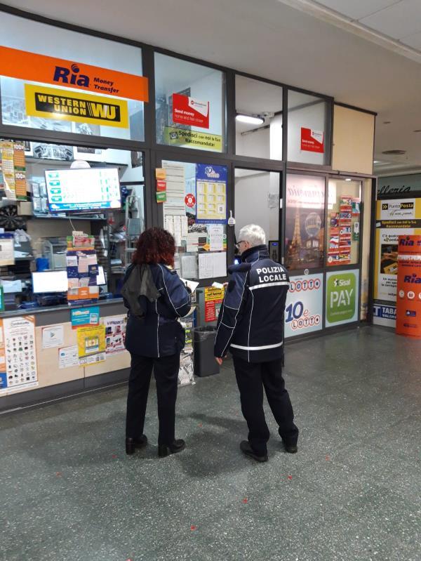 images Coronavirus. La polizia municipale di Catanzaro a caccia dei trasgressori: controllati 50 esercizi commerciali e 12 centri scommesse