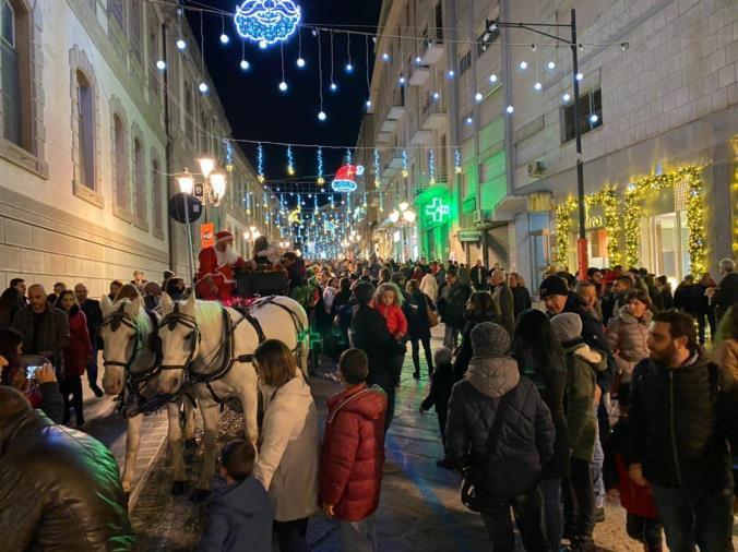 images Ruba la borsa in un locale del centro storico la notte di Capodanno, ma le telecamere la riprendono: denunciata dal titolare