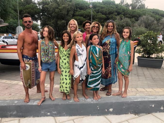 images A Sellia Marina tutti pazzi per il pareo: in spiaggia per imparare a indossarlo (VIDEO)