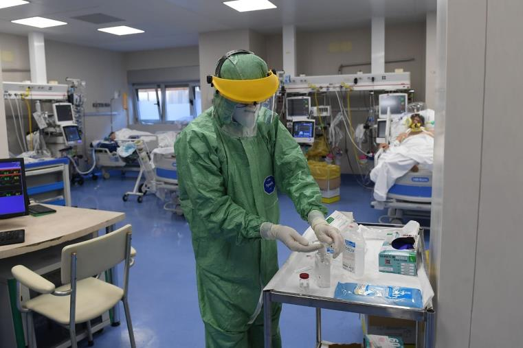 images Verso il monitoraggio per stabilire il colore della Calabria: in sovraccarico i reparti di area medica, meglio le terapie intensive