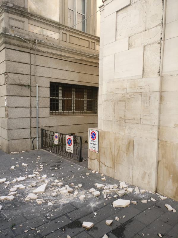 images Pericolo nel centro di Catanzaro: cadono in strada pezzi di un palazzo