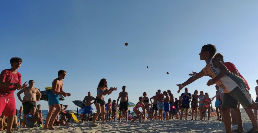 """images Giochi a squadre e sfide individuali: al villaggio Carrao, a Cropani marina, va in scena il """"Palio"""""""