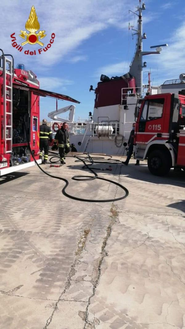 images Rimorchiatore in fiamme nel porto di Crotone: intervento dei Vigili del Fuoco