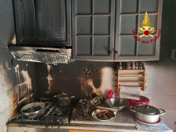 images Catanzaro. Prende fuoco la cucina, 90enne salvata dai vigili del fuoco