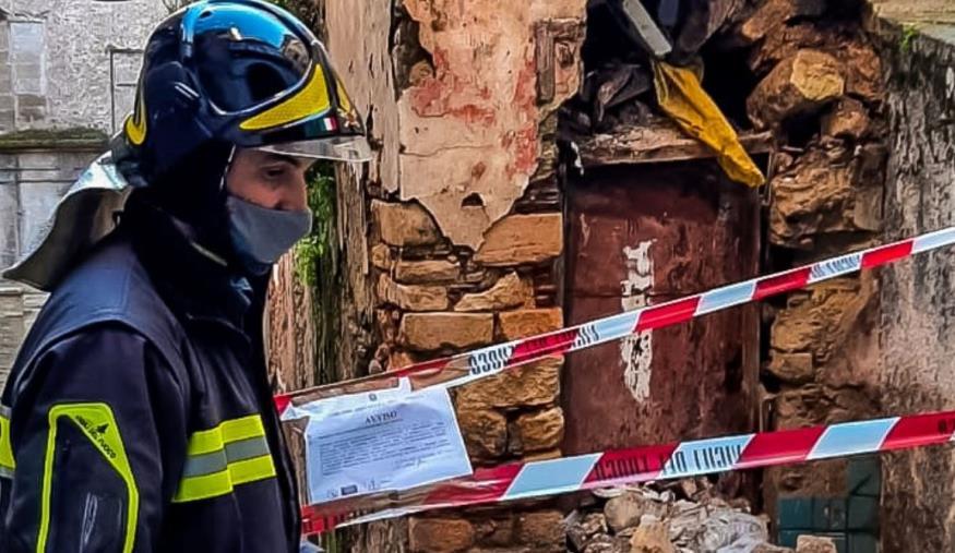 images Cosenza, crolla una vecchia abitazione nel centro storico. Intervento dei Vigili del fuoco