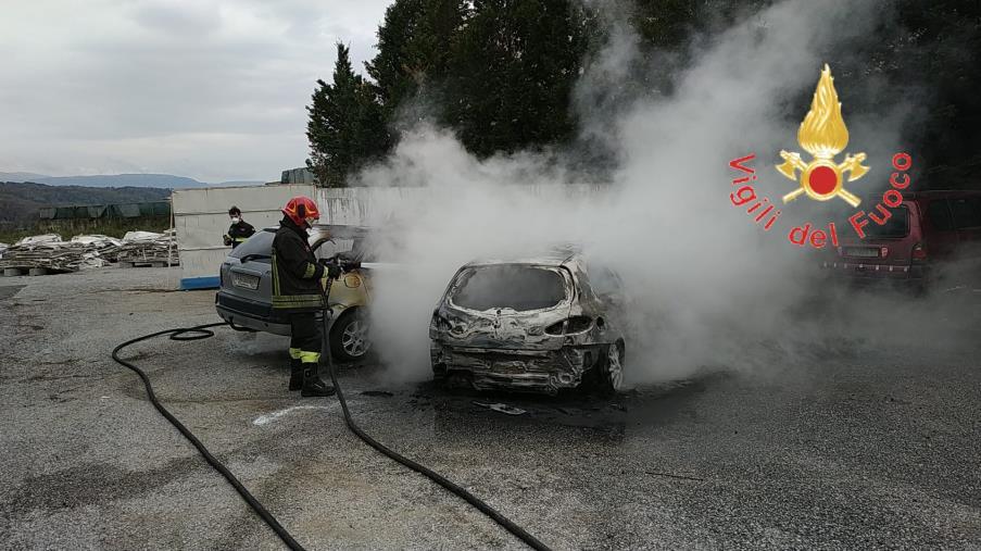 images Due auto in fiamme nel Lametino: intervengono i Vigili del fuoco per spegnere le fiamme (VIDEO)