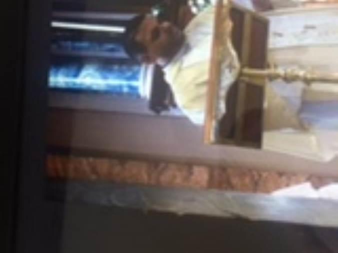 images Prete beve candeggina durante la messa
