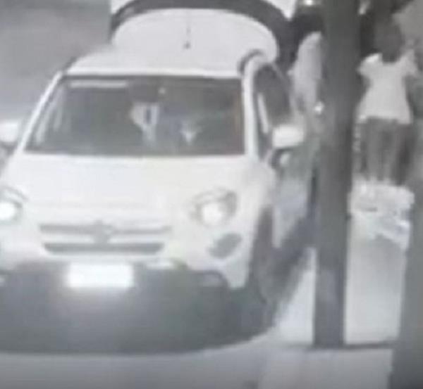 images Reggio Calabria, due donne gettano rifiuti abusivamente per strada (VIDEO)