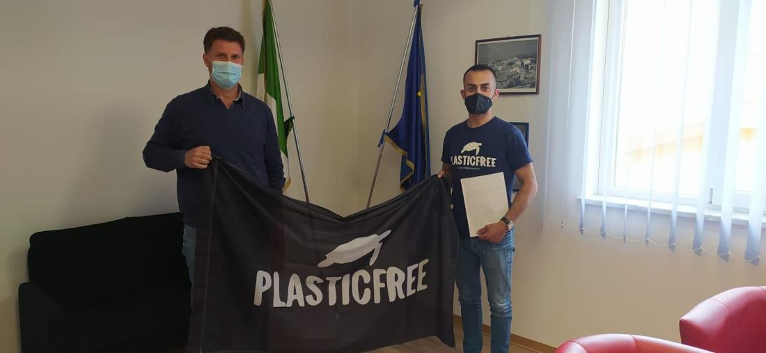 """images Cropani. Avviato il protocollo tra l'associazione """"Plastic free"""" ed il Comune"""