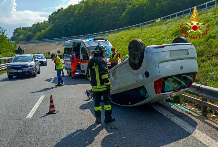 images Cosenza. Incidente sull'autostrada A2: coinvolta una vettura, illesi i conducenti