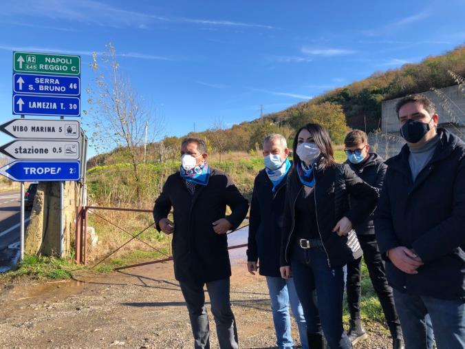 """images E' partito da Vibo il """"Tour fra le incompiute calabresi"""" organizzato dalla Uil. Senese (FenealUil): """"Monumenti allo spreco"""""""