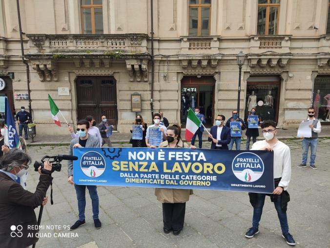 """images Primo Maggio. Il flash mob di FdI: """"Non è festa senza lavoro"""""""