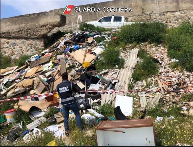 images Oltre 3mila mq di rifiuti abbandonati sull'alveo del torrente Coriglianeto di Corigliano: sequestrata discarica abusiva