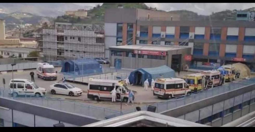 images Covid. A Cosenza ospedale in affanno, lunga fila di ambulanze ma non ci sono posti