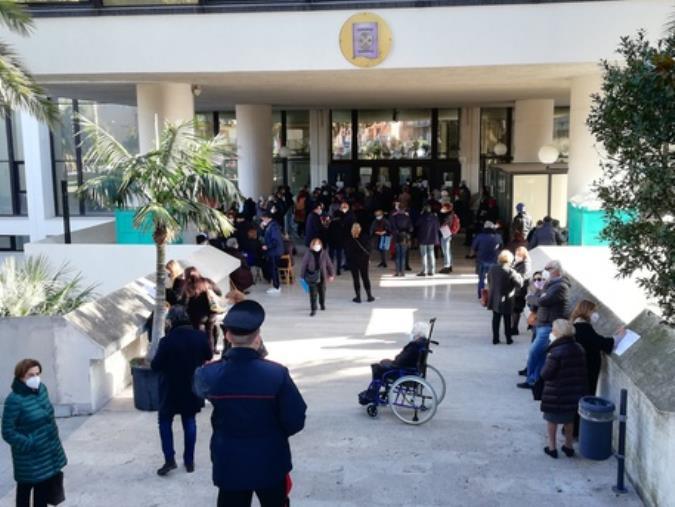 images File per i vaccini agli anziani nella sede del Consiglio regionale: è polemica a Reggio