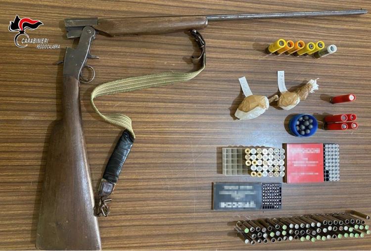 images Caulonia. Nascondeva nello sgabuzzino, in una scatola tra varie coperte, un fucile artigianale: arrestato 42enne