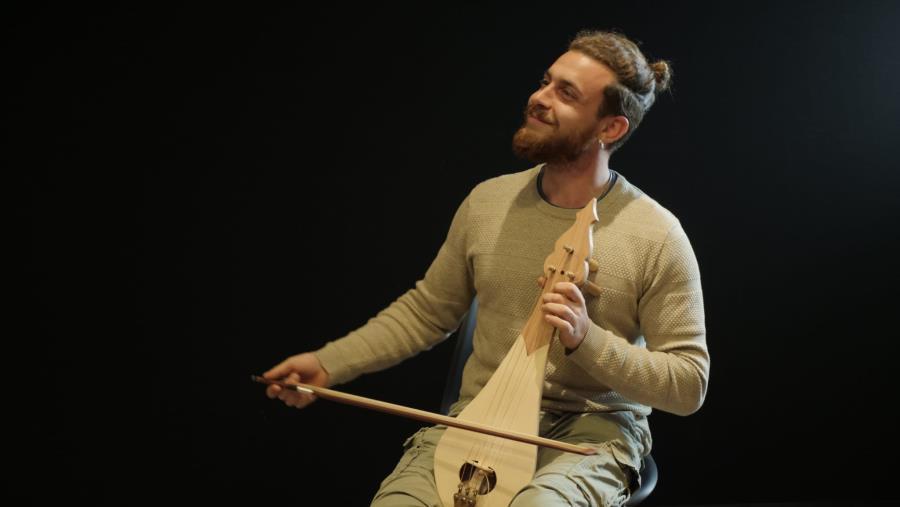 images Il giovane polistrumentista di San Vito sullo Ionio, Gabriele Macrì, rende omaggio a Branduardi in chiave popolare