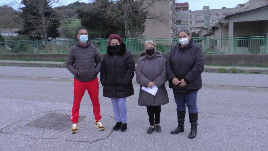 """images Catanzaro. I genitori protestano nel quartiere Aranceto: """"Non manderemo i figli a scuola per colpa del Comune"""""""