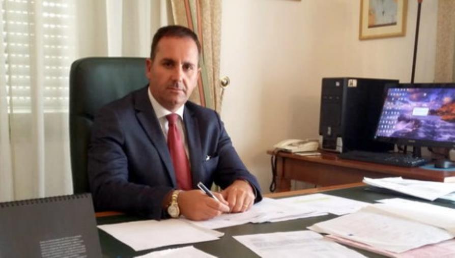 images Coronavirus. Il sindaco sospeso di Villa San Giovanni, Siclari, dona 15 mila guanti alla città