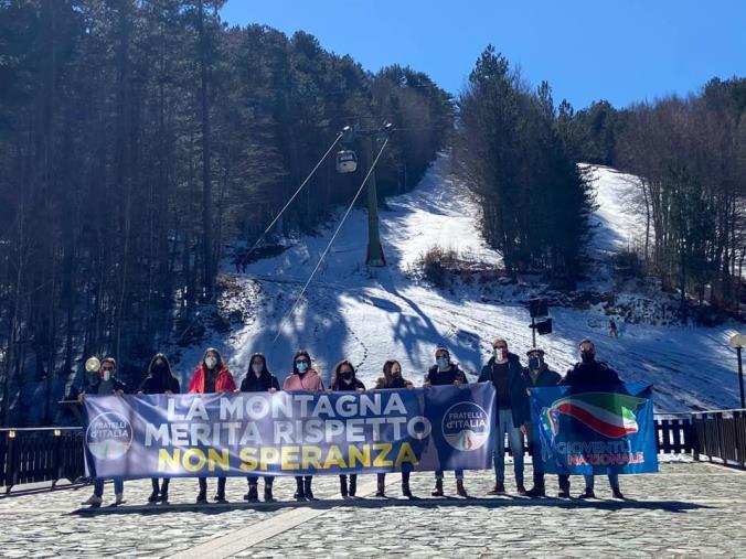 """images Camigliatello Silano. Protesta di FdI e Gioventù Nazionale: """"Gli operatori della montagna abbandonati dalle istituzioni"""""""