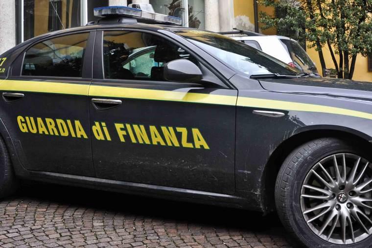 images Reggio Calabria, sequestrati oltre 500 capi di abbigliamento, denunciati due tunisini