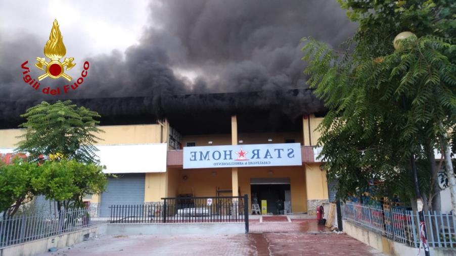 images In fiamme un magazzino situato sopra un supermercato alimentare
