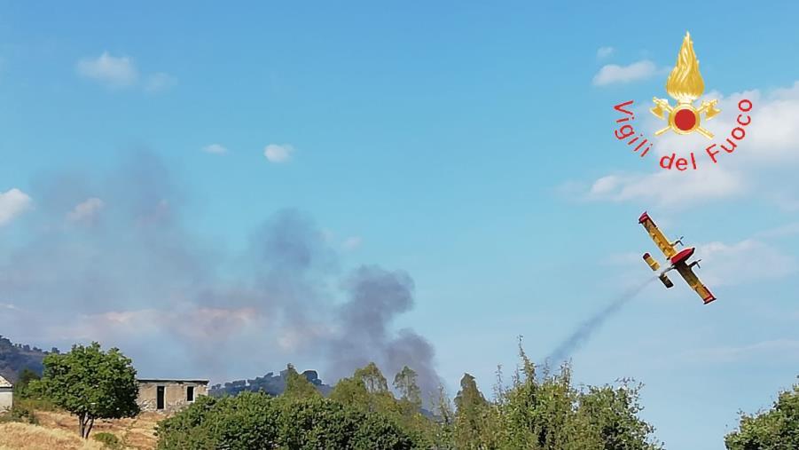images Vasto incendio a Caminia, all'opera anche un canadair (VIDEO)