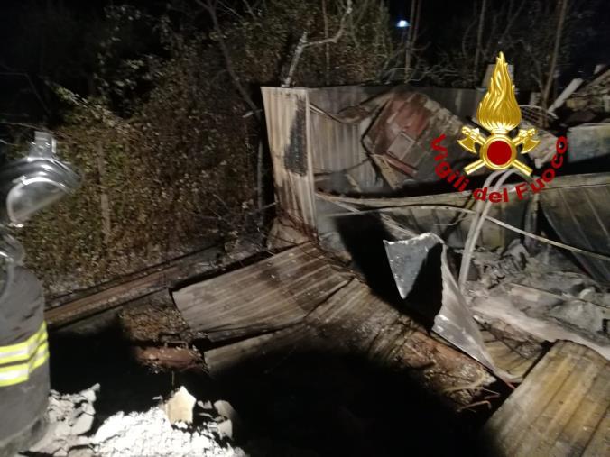 images Castrovillari. Incendio in un magazzino: intossicato un operaio