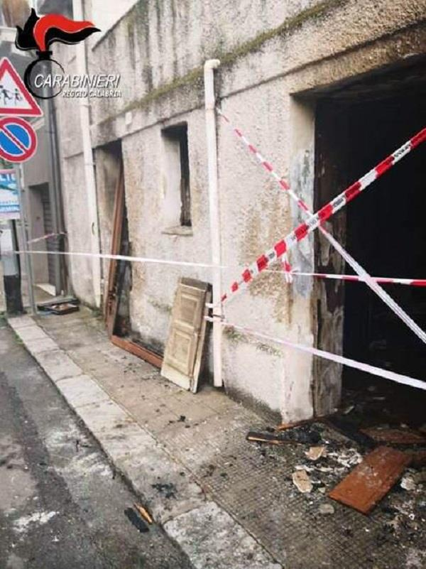 images Vuole «ripulire la città dagli stranieri» e mette fuoco in casa di un rumeno a Bagnara, arrestato