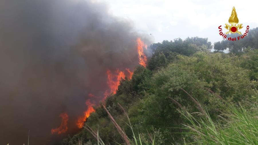 """images L'Unione dei Comuni del versante ionico: """"Situazione fuori controllo, danni ingenti dagli incendi"""""""