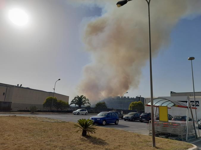 """images In fiamme la montagna di fronte al Centro Commerciale """"Due Mari"""""""