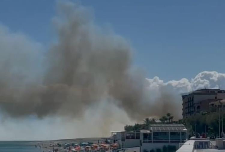 images Catanzaro. Incendio fra il quartiere Lido e Borgia: canadair in azione