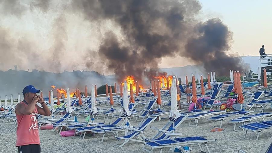 images Emergenza incendi senza fine: a Montepaone le fiamme arrivano in spiaggia (VIDEO)