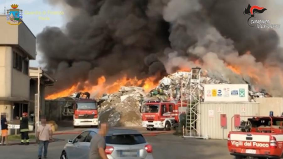 images Arresti per il maxi incendio nell'impianto di trattamento di rifiuti 'Eredi Bertè' nel Pavese: spunta l'ombra della 'Ndrangheta