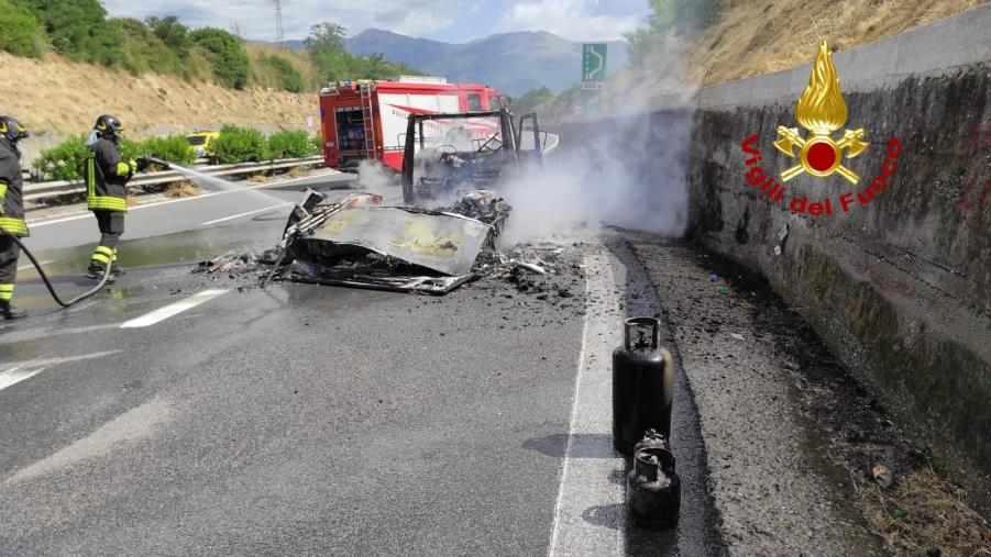 images Un camper va in fiamme sull'autostrada tra Sibari e Frascineto: illesi i passeggeri