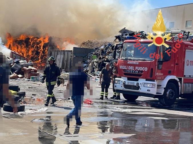 images Campo Calabro. Incendio nel piazzale di una ditta di stoccaggio e smaltimento rifiuti