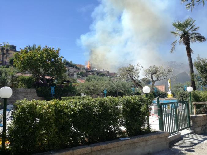 images La fiamme minacciano le abitazioni a Santa Maria del Mare Torrazzo