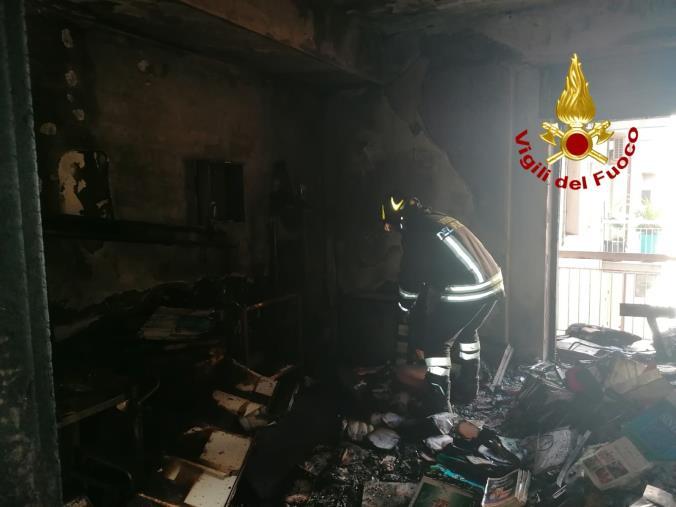 images Catanzaro. In fiamme un studio medico nel quartiere Lido: 4 persone nell'edificio salvate con l'autoscala