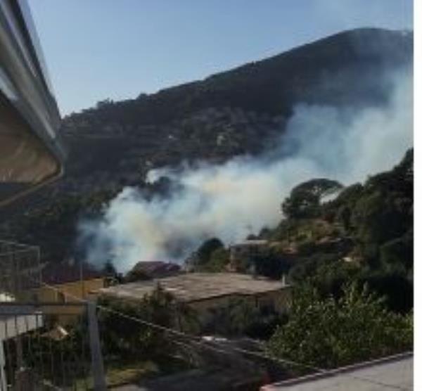 images Catanzaro. Le fiamme lambiscono alcune abitazioni nel quartiere Piterà (VIDEO)