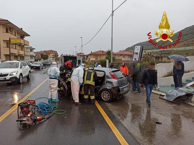 images Nocera Terinese. Un'auto va a finire contro la cabina Enel ed un cancello: ferito il conducente