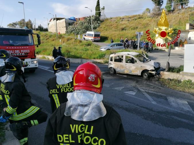 Tragedia a Catanzaro. Perde il controllo dell'auto e sbatte contro un muretto: morto un 22enne